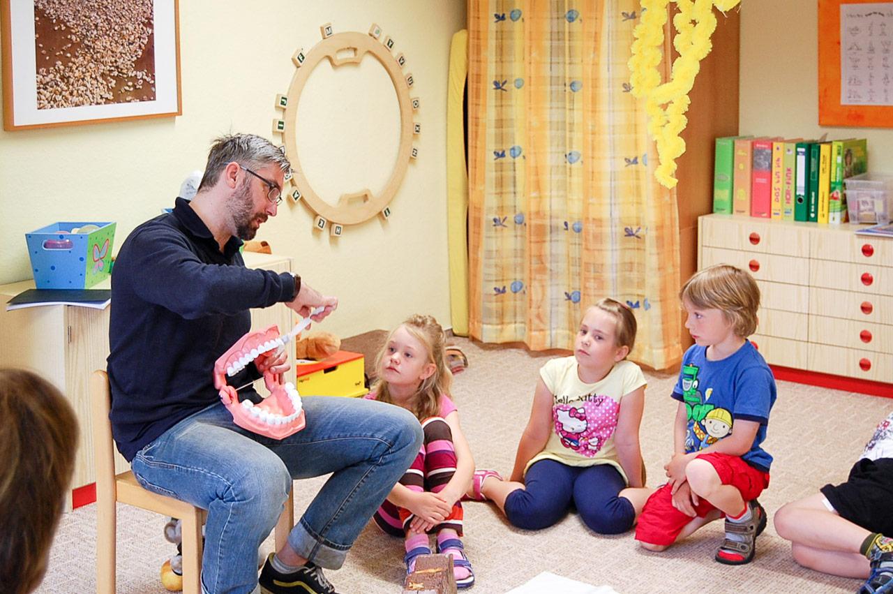 Zahnarzt Stahlfast Im Kindergarten