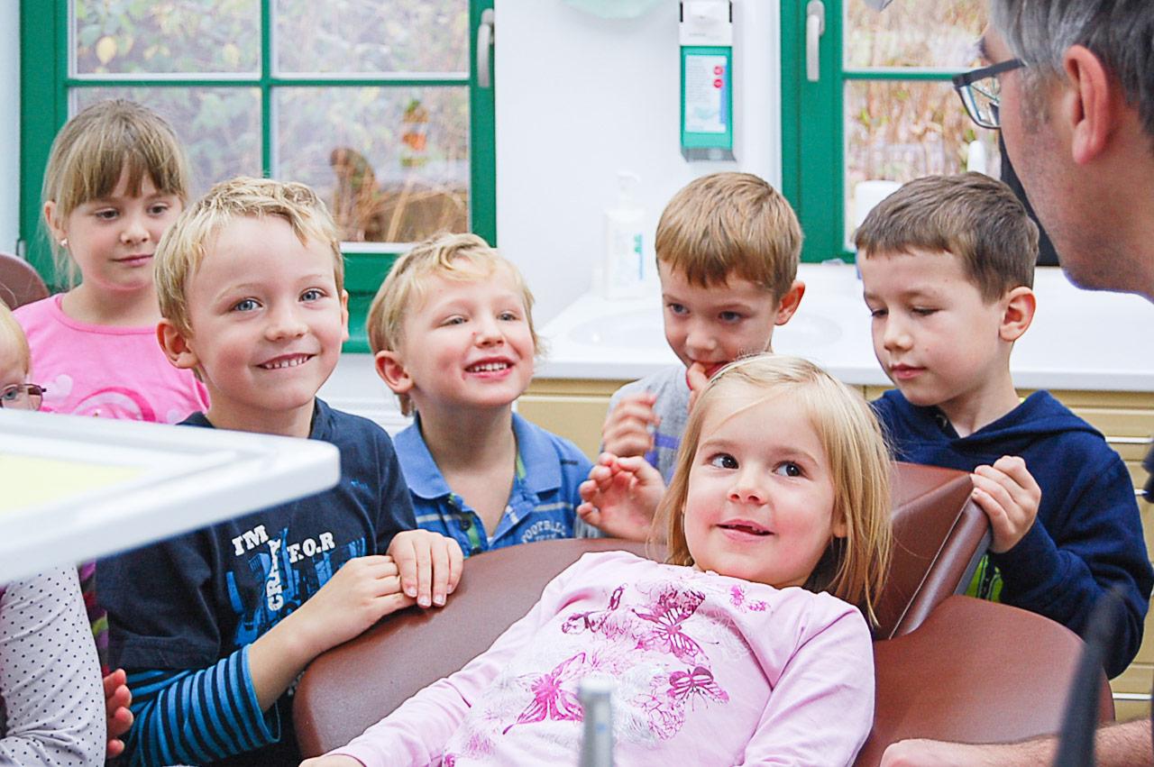 Kindergartenbesuch In Der Zahnarztpraxis Frank Stahlfast In Lüssow