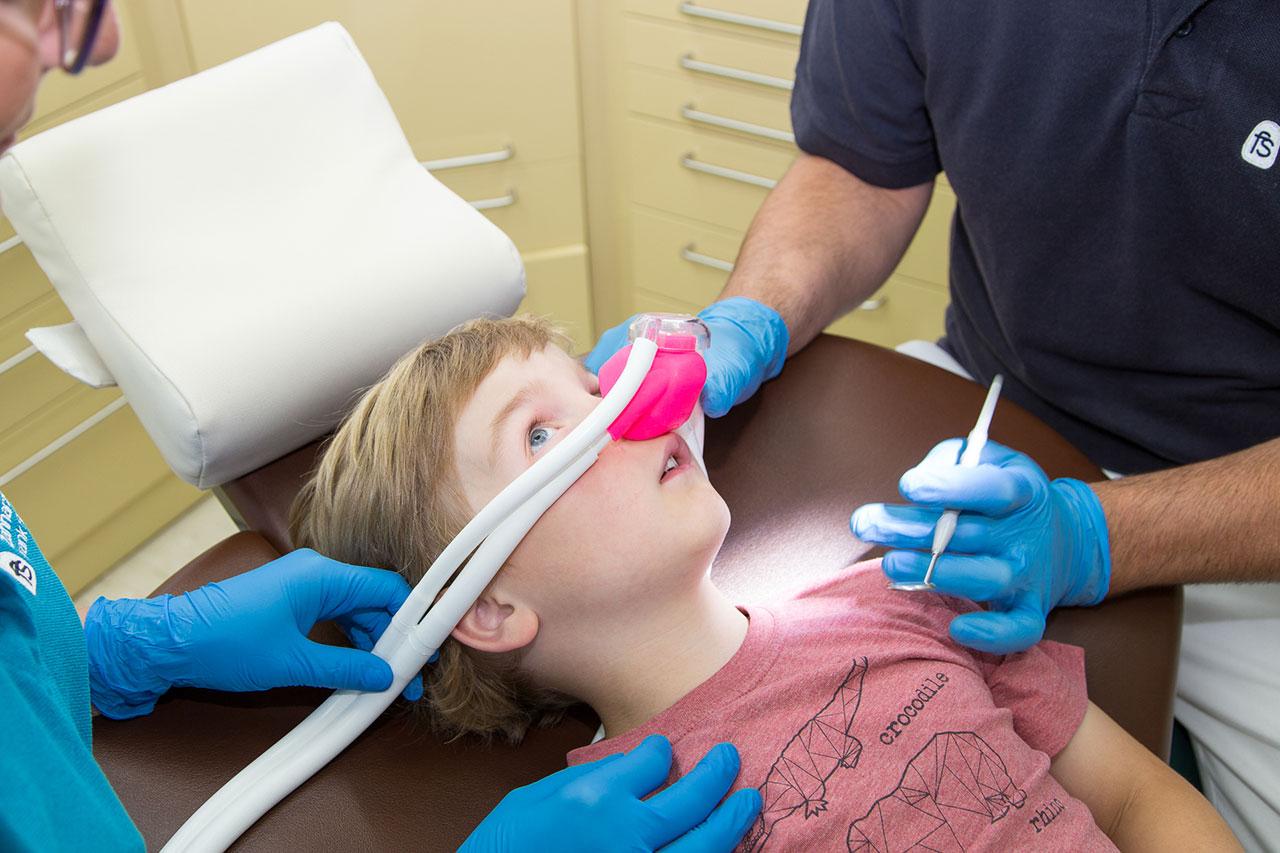 Zahnarztpraxis Frank Stahlfast: Kinderzahnheilkunde Lachgas